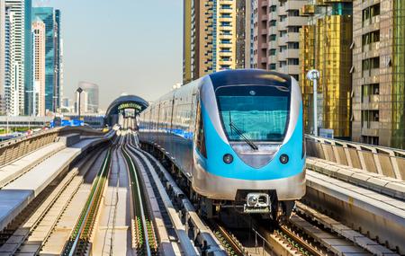 транспорт: Поезд метро на красной линии в Дубае Редакционное