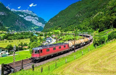 Goederentrein klimt op de Gotthard-spoorlijn. Het verkeer zal in december 2016 worden omgeleid naar de Gotthard-basistunnel.