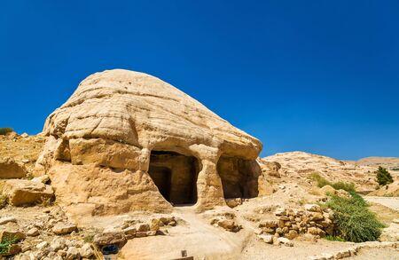 tumbas: Vista de tumbas antiguas en Petra - Jordania Foto de archivo