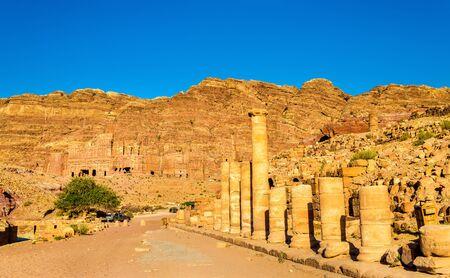 tumbas: La calle de columnas y las tumbas reales en Petra - Jordania Foto de archivo