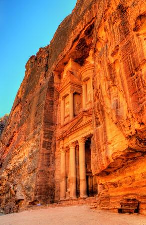 al: Al Khazneh temple in Petra - Jordan.