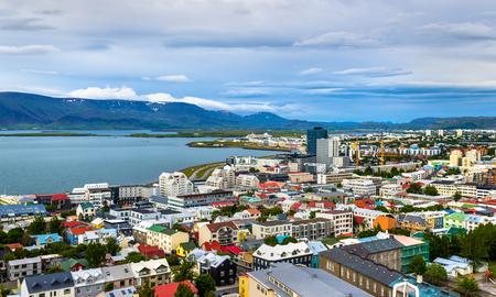Hallgrimskirkja 교회 - 아이슬란드의 상단에서 레이캬비크의 전망 스톡 콘텐츠