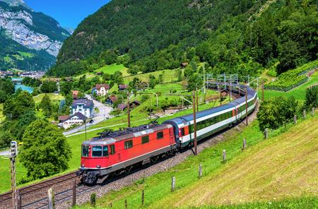 시외 열차가 고 타드 (Gotthard) 철도를 기어 올라갑니다. 이 교통량은 2016 년 12 월 Gotthard Base Tunnel로 전환 될 것입니다. 스톡 콘텐츠