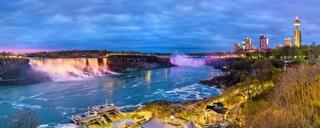 Panoramisch uitzicht op Niagara Falls in de avond van de Canadese kant Stockfoto