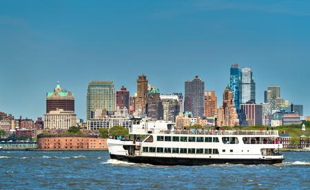 ニューヨーク市、自由とエリス島とジャージーシティを接続するフェリーします。 写真素材