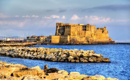 Castel dell'Ovo, uma fortaleza medieval na baía de Nápoles, Itália Editorial