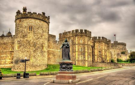 ウィンザー城 - イングランドの前にビクトリア女王の像 写真素材