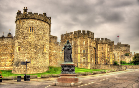 Statue of Queen Victoria in front of Windsor Castle - England 版權商用圖片 - 84977645