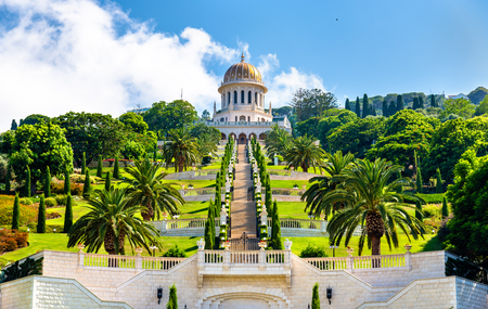 Heiligdom van de Bab en de lagere terrassen in het Bahai World Center in Haifa, Israël Stockfoto - 84941573