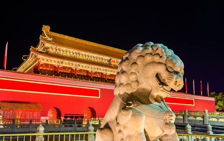 北京、中国の天安門の前でライオン 写真素材