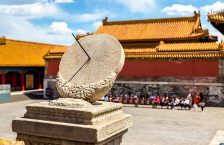 Reloj de sol antiguo en la ciudad prohibida - Beijing, China Foto de archivo - 84917021
