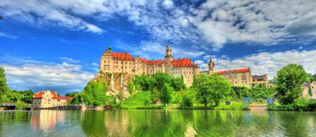 Baden-Wurttemberg의 다뉴브 강둑에있는 Sigmaringen 성 - 독일