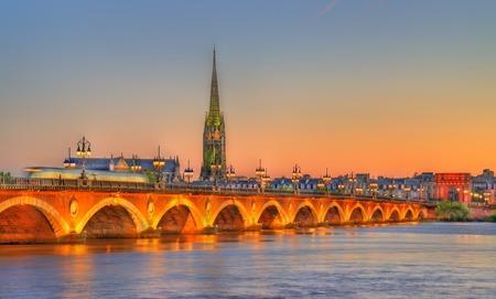 ポン ・ ド ・ ピエール橋、ボルドー - フランス、ジロンド県のサン ・ ミッシェル大聖堂 写真素材 - 84978995