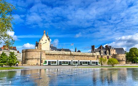 Castello dei Duchi di Bretagna, un tram della città e la fontana dello specchio d'acqua a Nantes - Francia, Paesi della Loira