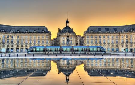 Place de la Bourse weerspiegelt van de waterspiegel in Bordeaux - Frankrijk, Gironde