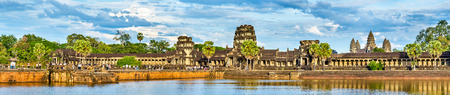 堀全体でアンコール ワットのパノラマ。カンボジアの世界遺産 写真素材