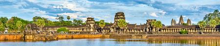 Panorama de Angkor Wat a través del foso. Un sitio del patrimonio mundial de la UNESCO en Camboya Foto de archivo - 84969662