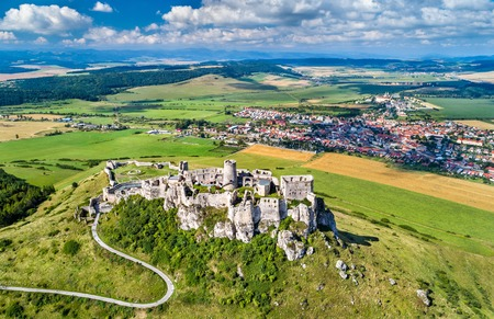 Luchtfoto van Spissky hrad of Spis Castle