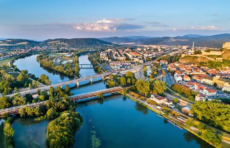 Mening van de Vah-rivier in Trencin, Slowakije Stockfoto - 88180812