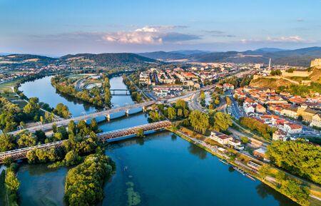 Vista del río Vah en Trencin, Eslovaquia Foto de archivo