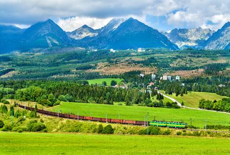 슬로바키아의 높은 Tatra 산맥에서화물 열차 스톡 콘텐츠