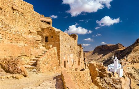 Gezicht op Chenini, een versterkt Berberdorp in Zuid-Tunesië