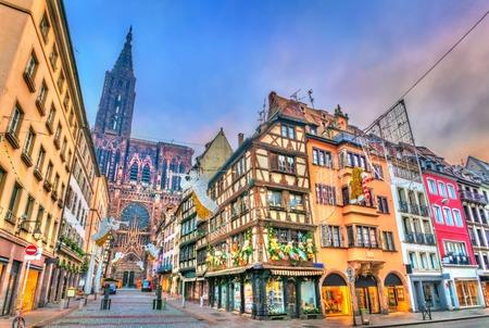 Weihnachtsdekorationen nahe der Kathedrale in Straßburg, Frankreich
