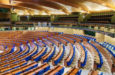 L'hémicycle de l'Assemblée parlementaire du Conseil de l'Europe, APCE. Le CdE est une organisation dont l'objectif est de défendre les droits de l'homme, la démocratie et l'État de droit en Europe