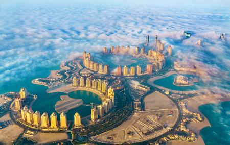 Vista aérea de la isla Pearl-Qatar en Doha a través de la niebla matutina - Qatar, el Golfo Pérsico Foto de archivo