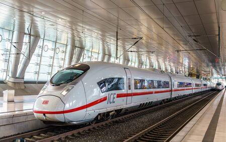 Szybki pociąg ICE 3 na stacji dalekobieżnej lotniska we Frankfurcie. Niemcy Publikacyjne