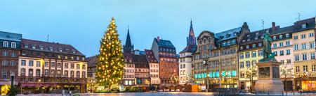 Panorama des Platzes Kleber mit dem Weihnachtsmarkt in Straßburg, Frankreich Standard-Bild