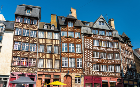 Traditional half-timbered houses in the old town of Rennes, France Standard-Bild
