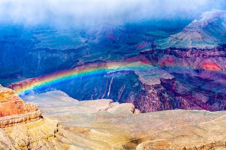Arco iris sobre el Gran Cañón en Arizona, EE. Foto de archivo
