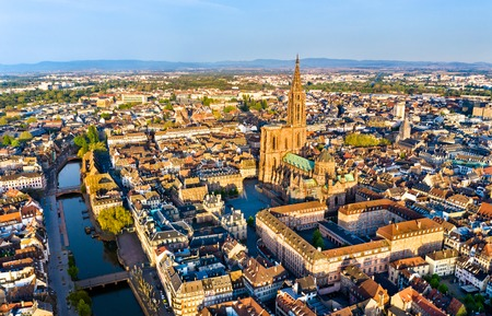 Luftaufnahme des Straßburger Münsters im Elsass, Frankreich Standard-Bild