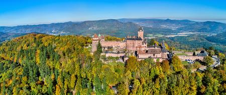 Luftpanorama des Chateau du Haut-Koenigsbourg in den Vogesen. Elsass, Frankreich Standard-Bild