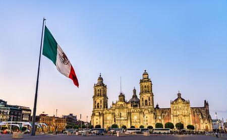 Mât de drapeau et la cathédrale métropolitaine de l'Assomption de la Vierge Marie à Mexico, la capitale du Mexique