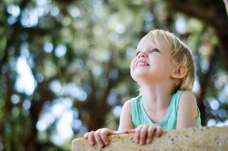 mignonne petite fille: Adorable b�b� fille regardant dessus de la cam�ra foyer peu profond.