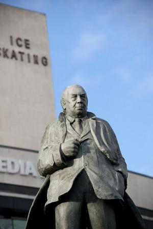 Statue de JB Priestley (né dans la ville), auteur ou un inspecteur appelle à l'extérieur de l'entrée du National Media Museum à Bradford, Yorkshire, Royaume-Uni. Pris 10-10-13 Banque d'images - 89738027