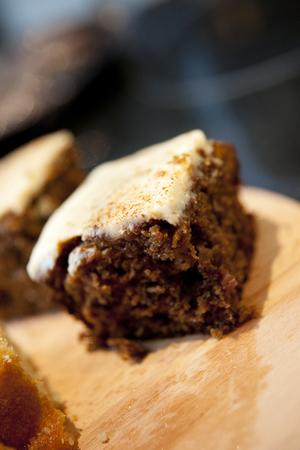 Eigengemaakte Verse Wortelcake op een Cafe Stlye Counter Stockfoto