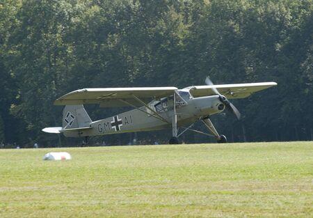 Fieseler Fi 156 Storch te zien op Hahnweide Oldtimers Airshow, Hahnweide Airfield, Baden-Wurttemberg, Stuttgart, Duitsland - 3 september 2011