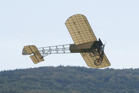 Een replica van een Louis Bleriot-eendekker die te zien is op Hahnweide Oldtimers Airshow, Hahnweide Airfield, Baden-Wurttemberg, Stuttgart, Duitsland - 3 september 2011 Redactioneel
