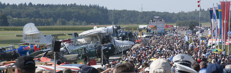 Weergave van crowdline op Hahnweide Oldtimers Airshow, Hahnweide Airfield, Baden-Wurttemberg, Stuttgart, Duitsland - 3 september 2011
