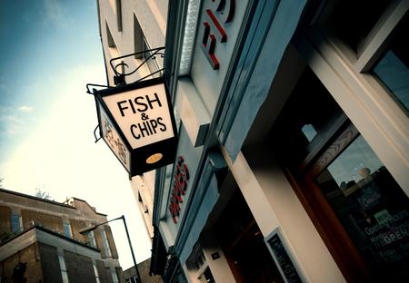 Spitalfields, 런던, 영국 - 2013 년 9 월에 양귀비 생선 및 칩 샵 외 에디토리얼