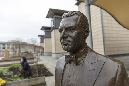 Bristol, United Kingdom, 21st February 2019, commemorative statue of Archibald Leach aka Cary Grant 写真素材 - 121017018