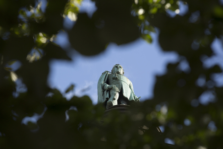 Liverpool, Merseyside. June 2014, waterloo memorial statue dedicated to the Duke of Wellington with statue at top Imagens - 121303884