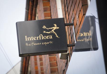 Interflora florist sign on the high street - Scunthorpe, Lincolnshire, United Kingdom - 23rd January 2018 Foto de archivo - 124584600