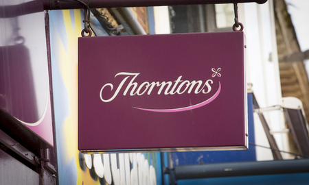 A shop sign for Thorntons Chocolates - Scunthorpe, Lincolnshire, United Kingdom - 23rd January 2018 Foto de archivo - 124584616