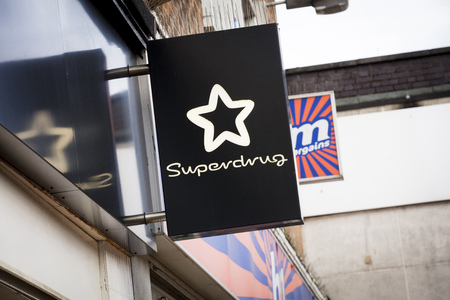 Superdrug sign on the high street - Scunthorpe, Lincolnshire, United Kingdom - 23rd January 2018 Foto de archivo - 124584609