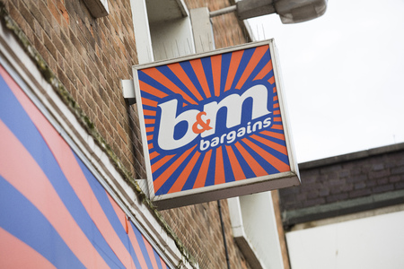 B&M Bargains sign on the high street - Scunthorpe, Lincolnshire, United Kingdom - 23rd January 2018 Foto de archivo - 124584611