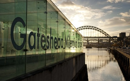 Newcastle and Gateshead, UK, November 2012, View of the Tyne Bridge in the evening at dusk 新聞圖片